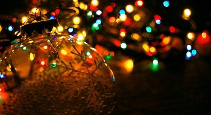我要在每一片雪花上写下思念的音符,让友谊余音绕梁;我要在每一颗星星上弹奏祝福的曲调,让真情电波悠扬。平安夜的钟声响起,愿你幸福安康。   你的眼神让我陶醉,你的身姿让我犯罪,你的气度让我夜不能寐,可惜不能把你追随,只好道声保重眼含泪:再过几天到圣诞,你又要拖着那个老头去受累。   新年来啦:平安夜啦,圣诞节啦,元旦节啦,大年三十啦,春节啦,元宵节啦。。在一年的年尾末岁,祝福你新年:平安健康幸福快乐啦!
