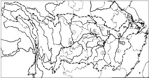 解:读图可知,(1)长江发源于青藏高原的唐古拉山,注入东海; (2)A宜昌是长江上中游的分界点,B湖口是长江中下游的分界点; (3)主要支流:嘉陵江、汉江、湘江、赣江; (4)湖泊:C洞庭湖、D鄱阳湖; (5)E:南京、F:上海、G:重庆、H:武汉; (6)重要水利枢纽工程:L 三峡、K 葛洲坝.
